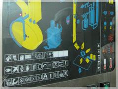 原料注入、注ぎ口を貼付けるまでの作業をひとつの機械で