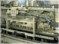 注ぎ口を密閉されたブリックパック製品は、ベルトコンベアに乗って次の工程へ