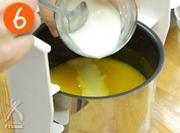 すーぷじまんの調理が終わったら、フタを開けてミルクを注ぎ、塩こしょうで味を整えます。